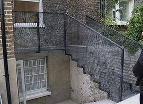 стълба с парапет от просечена ламарина